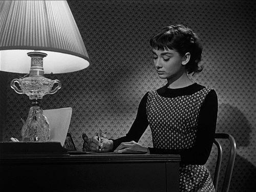 Audrey Hepburn escribiendo